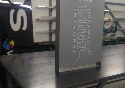 Fabricación banderín doble cara, frontales en aluminio calado con metacrilato blanco, y lacada