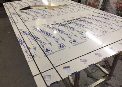 Inicio fabricación frontales de panel composite para tótem Joma