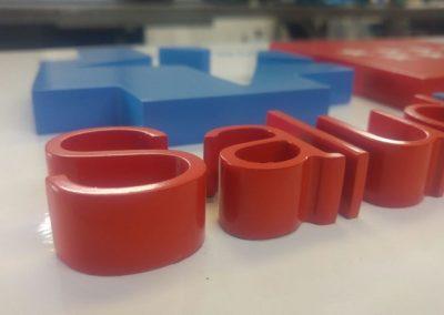 Letras  corpóreas  pvc de 19 mm lacadas en ral corporativo sobre panel composite rotulado con vinilo polimérico impreso
