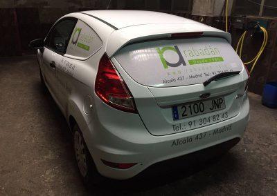 Rotulación coche comercial, textos en vinilos de corte polimérico, vinilos para las ventanas impresos y laminados poliméricos. Grupo Rabadán.