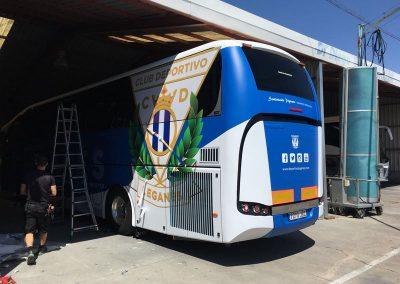 Realizando los últimos remates en la rotulación del autobús del Leganés antes de entregarlo