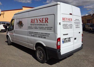 Rotulación furgoneta en vinilo de corte polimérico en dos colores, s/diseños proporcionados por el cliente. Visual trasera y lateral. Reyser