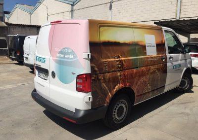 Rotulación semi-integral de furgoneta comercial en vinilo impreso y laminado fundido, s/diseños. Visual trasera y lateral piloto