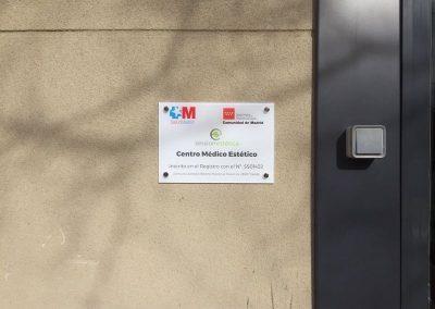Placa corporativa de metacrilato decorada con vinilo impreso